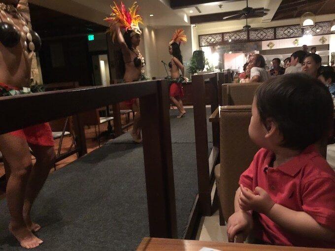 グアムのディナーショーで楽しそうにしている1歳児