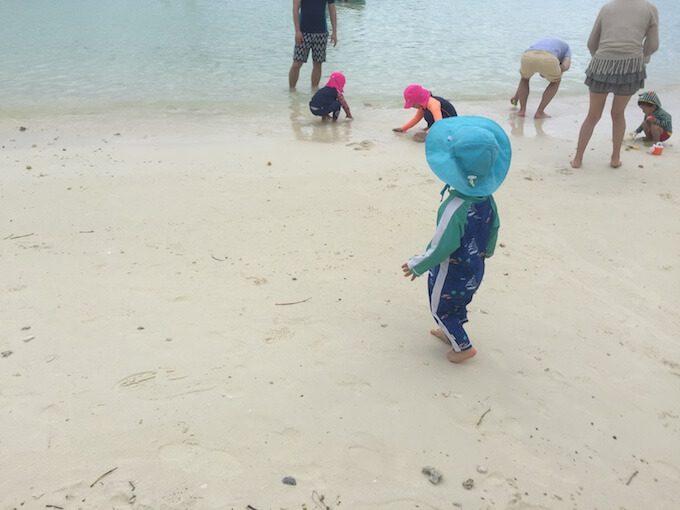 タモンビーチの砂浜で遊ぶ1歳児