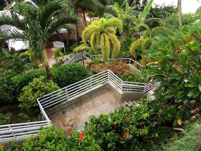 リーフホテルのプールサイドのビーチアクセス用の階段