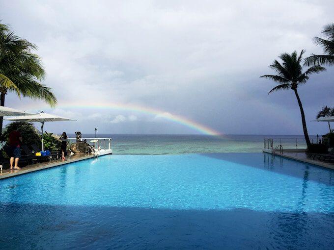 リーフホテルのインフィニティプールと海にかかる虹