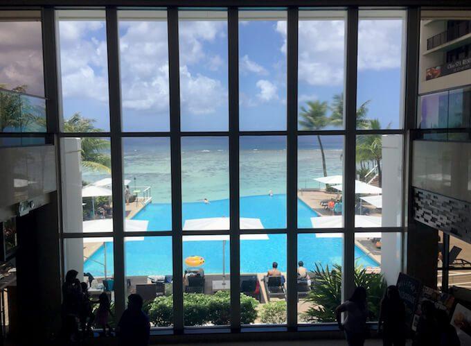 リーフホテルのロビーから見たインフィニティプール