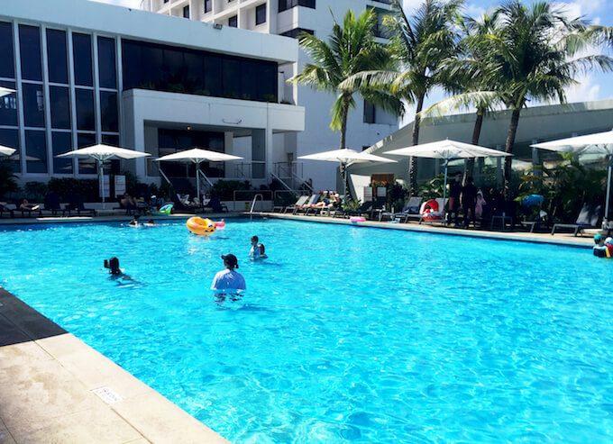リーフホテルとプール