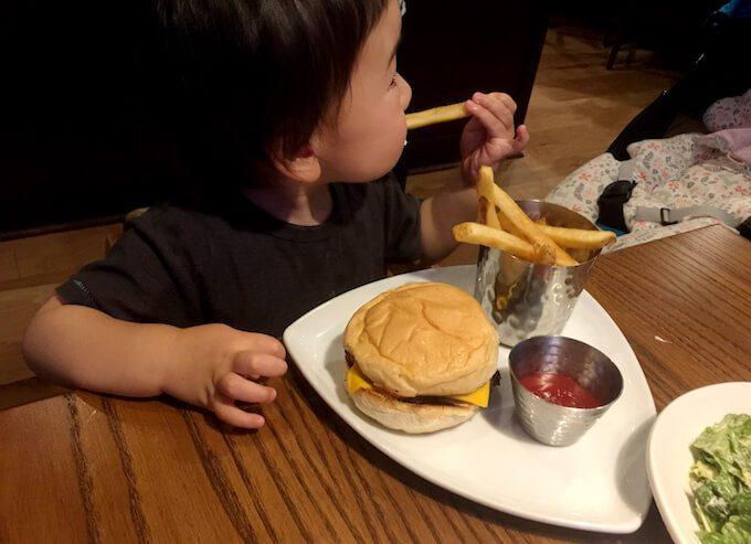 グアムのアウトバックのキッズハンバーガー