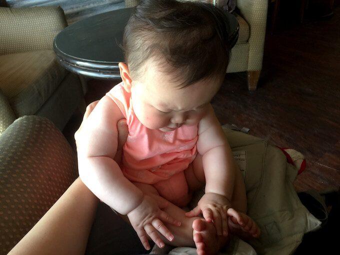 ポートオブモカのソファーでくつろぐ赤ちゃん