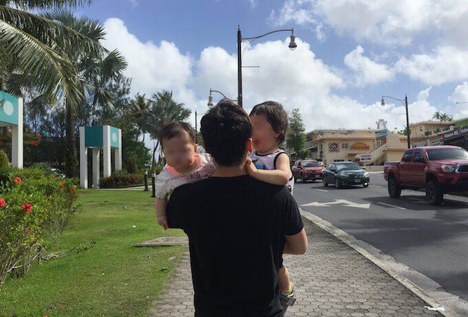 グアムでパパに抱っこされている6ヶ月と1才の子