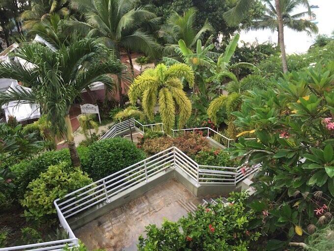 リーフホテルからビーチに行く階段