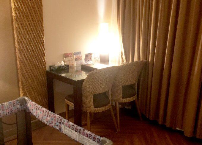 グアムリーフホテルの部屋のテーブル