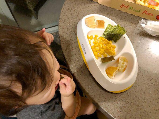 コーンと海苔とパンの1歳のグアムの食事