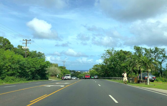 グアムのレオパレスリゾート近くの道路