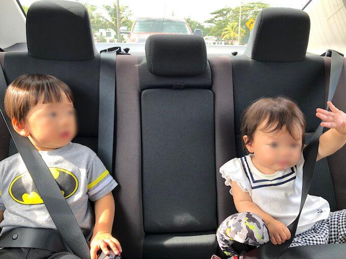 グアムのレンタカーに乗る幼児