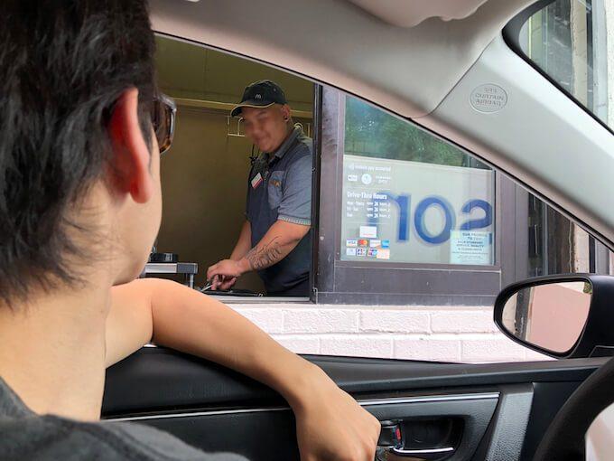 グアムのマクドナルドのドライブスルー受け取り