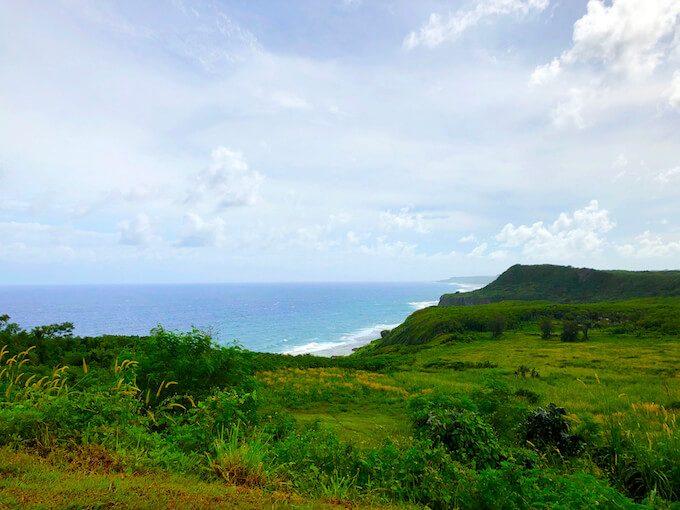 パゴ湾展望台から見る崖