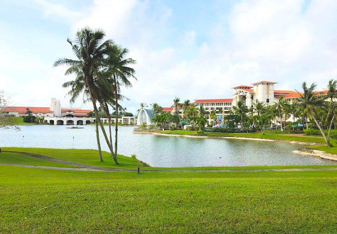 レオパレスリゾートグアムの湖畔とホテル