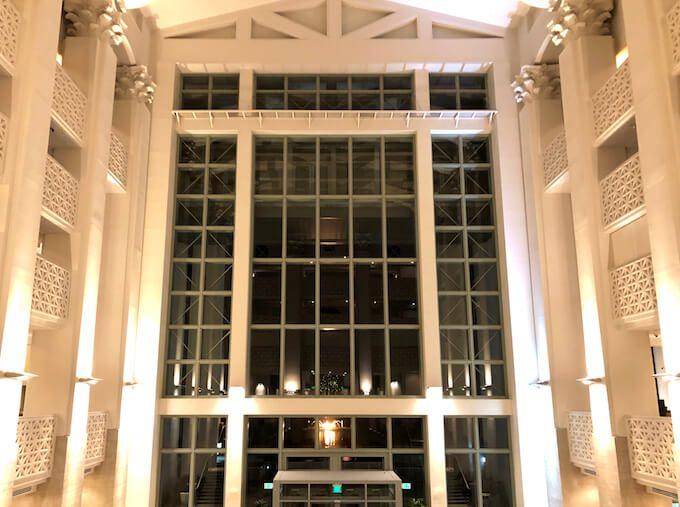 レオパレスリゾートグアムの吹き抜けと窓