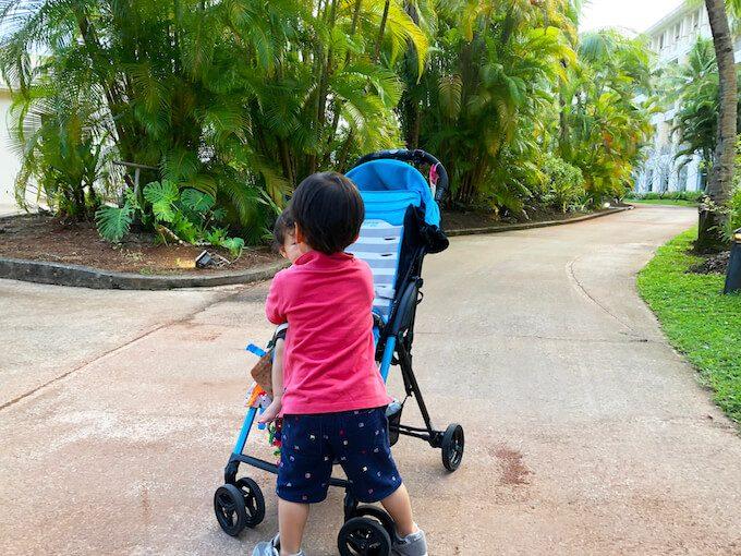 レオパレスリゾートの遊歩道を歩く幼児