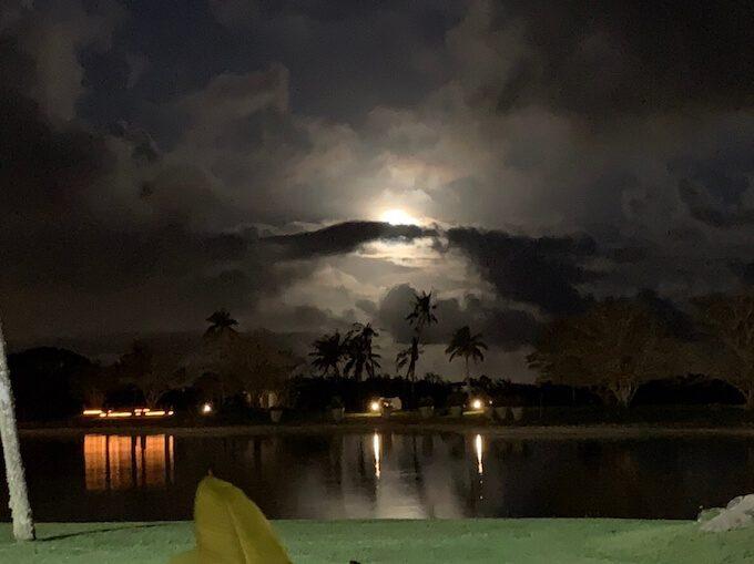 レオパレスリゾートから見た満月
