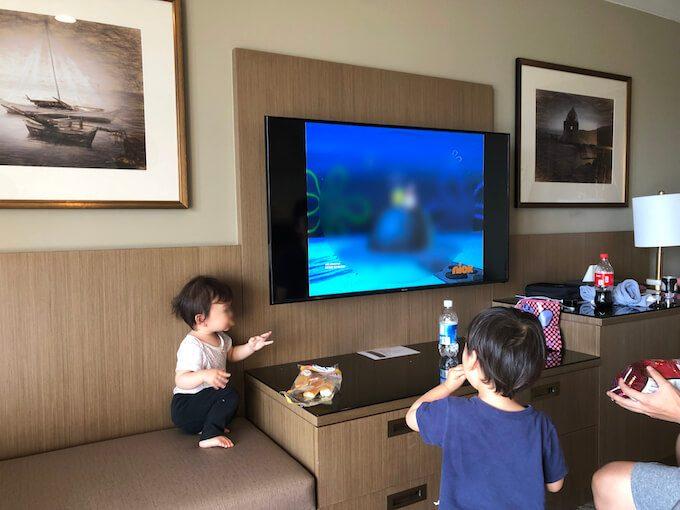 レオパレスリゾートの部屋で朝食を食べる家族