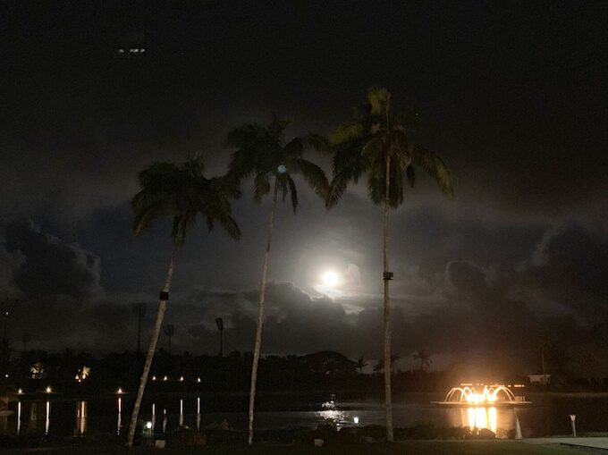 レオパレスリゾートの遊歩道から見た満月