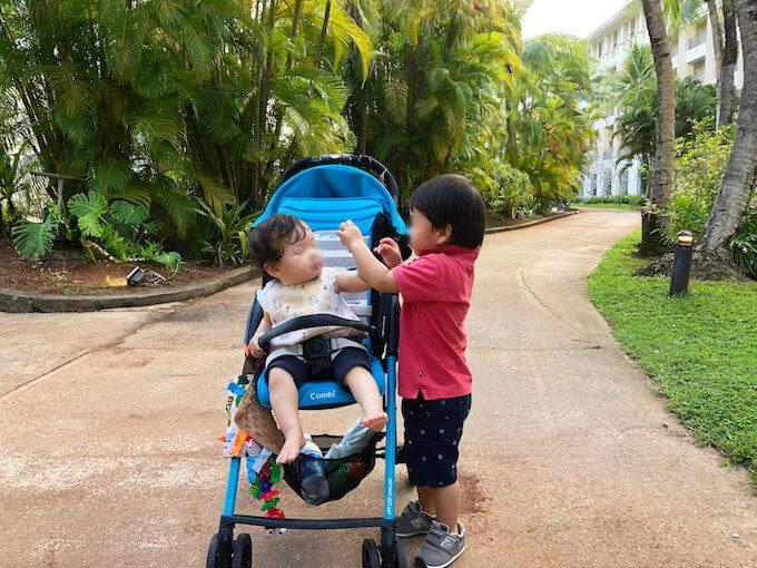 レオパレスリゾートグアムの遊歩道を歩く子ども
