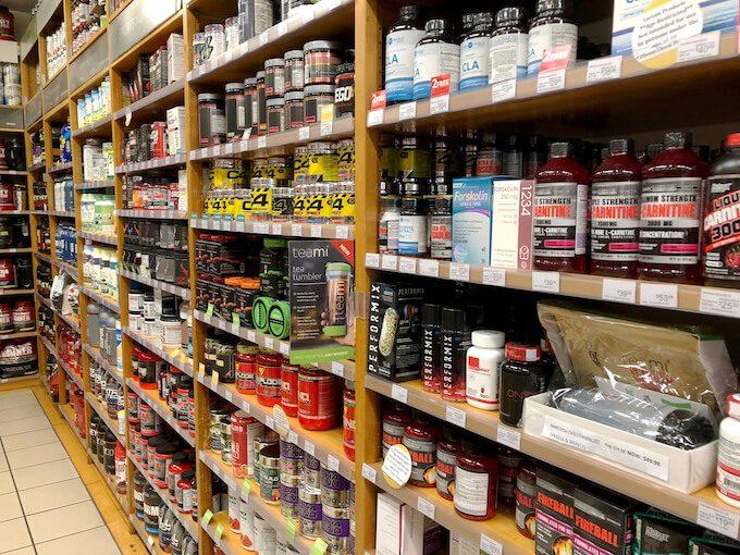 グアムのビタミンワールドのサプリメントが陳列された棚