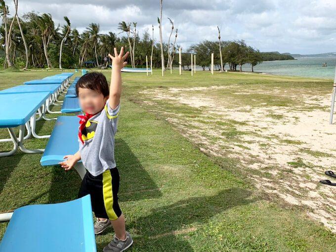 ビーチではしゃぐ2歳児
