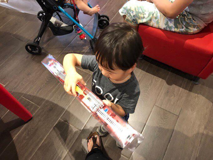 グアムで消防車のおもちゃを持つ子供