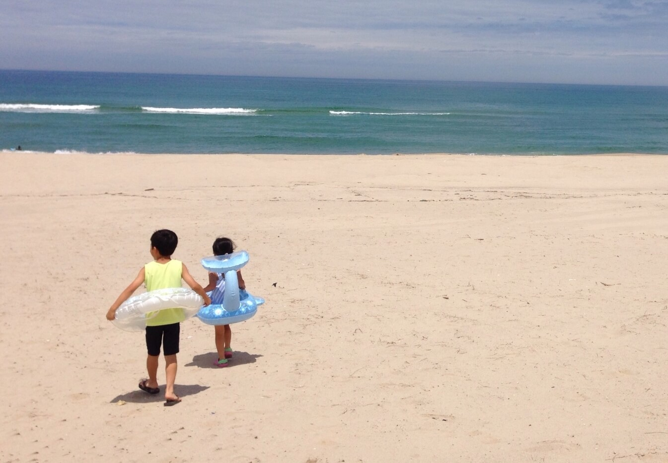 ビーチで遊ぶ子ども