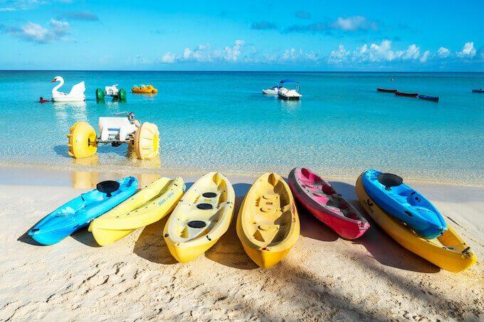 グアムのタモンビーチと船