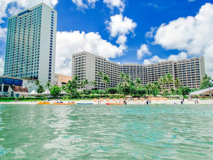 タモンのホテルとビーチ